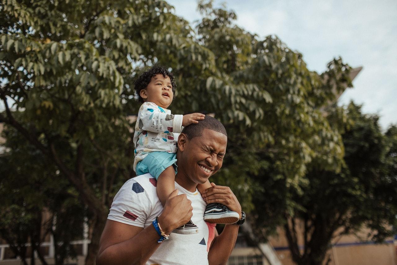 Pais novos: 5 dicas principais para a paternidade (Foto de Luis Quintero no Pexels)