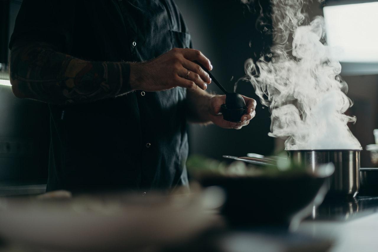 4 dicas de culinária que todo homem que mora sozinho deve saber (Foto de cottonbro no Pexels)